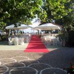 giardino tappeto rosso tavoli sedie